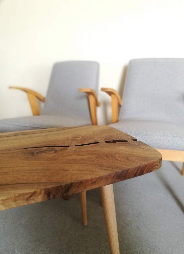 aranzacja wnetrza stolik stylizowany na lata 60te PRL z krzeslami okresu PRL odnowionymi
