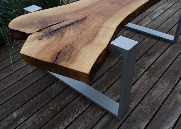 intrygujacy stolik z plastra litego drewna - orzech naturalny blat olejowany na ramach aluminiowych