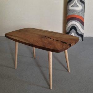 stolik stylizowany na lata 60te PRL blat orzech europejski nogi buk