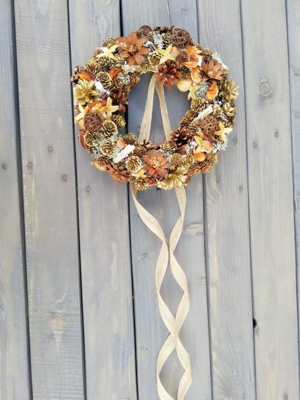 https://artdecha.pl/wp-content/uploads/2019/09/naturalny-wianek-na-stół.ozdoba-jesienna.jpg