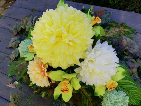 https://artdecha.pl/wp-content/uploads/2019/10/chryzantemy-irysy-sztuczne-kwiaty-liście-winogron-kompozycja-na-grób-piękna-ozdoba.jpg