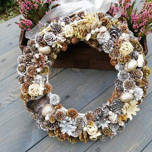 https://artdecha.pl/wp-content/uploads/2019/10/dekoracyjny-wianek-na-drzwi-stół-meble-szyszki-sosny-modrzewia-jesienna-dekoracja-z-kokardą.jpg