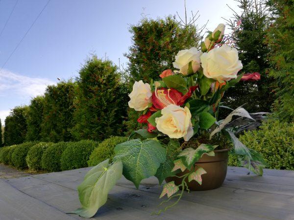 https://artdecha.pl/wp-content/uploads/2019/10/kompozycja-stroik-na-grób-sztuczne-kwiaty-róże-doniczka-cement.jpg