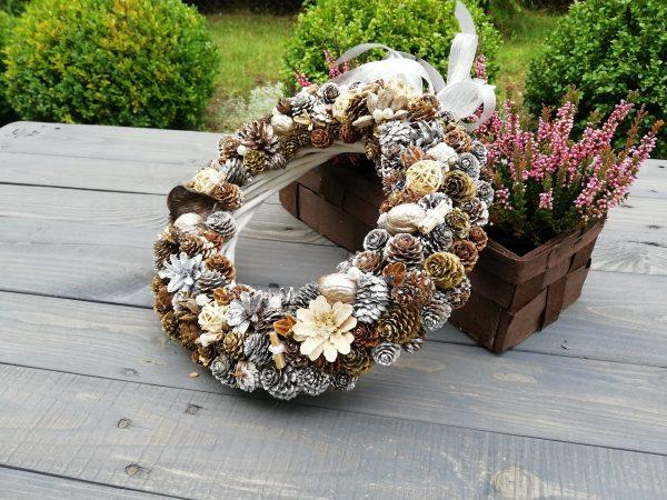 https://artdecha.pl/wp-content/uploads/2019/10/rękodzieło-wianek-jesienny-z-szyszek-dekoracja-stół-drzwi-meble-sosna-modrzew.jpg
