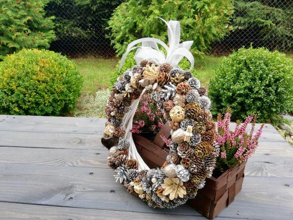 https://artdecha.pl/wp-content/uploads/2019/10/wianek-jesienny-ozdoba-na-stół-meble-drzwi-dekoracja-z-szyszek-sosna-modrzew-biała-kokarda-zawieszka.jpg