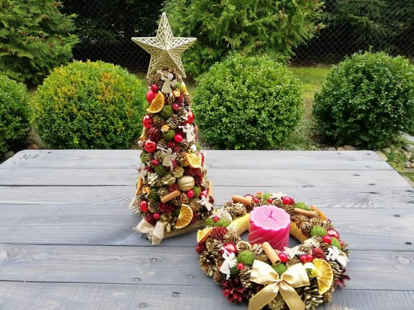 https://artdecha.pl/wp-content/uploads/2019/11/świąteczny-komplet-choinka-i-wianek-na-stół-drzwi-rękodzieło-Boże-Narodzenie.jpg