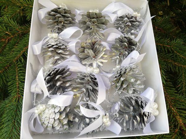 https://artdecha.pl/wp-content/uploads/2019/11/komplet-bombek-z-szyszek-barwionych-na-srebrny-kolor-z-białymi-kokardami-na-Boże-Narodzenie.jpg