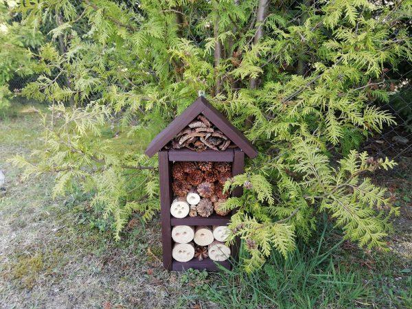https://artdecha.pl/wp-content/uploads/2020/05/domek-dla-owadów-ozdoba-ogrodu-z-drewna.jpg