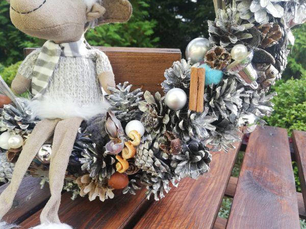 https://artdecha.pl/wp-content/uploads/2020/10/wiklinowy-wianek-z-szyszek-na-Boże-Narodzenie-ozdobiony-reniferem.jpg