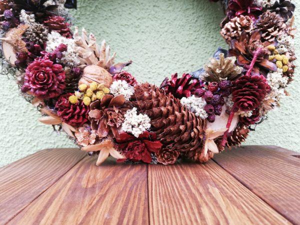 https://artdecha.pl/wp-content/uploads/2020/11/jesienny-wianek-ozdoba-domu-barwione-szyszki.jpg